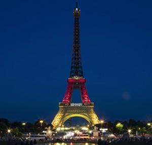Unser Eiffelturm leuchtet!! Im Gedenken & zur Unterstützung.